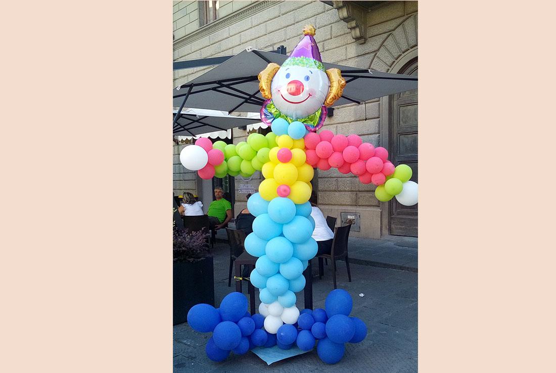 scultura di palloncini clown per decorare area animazione bambini