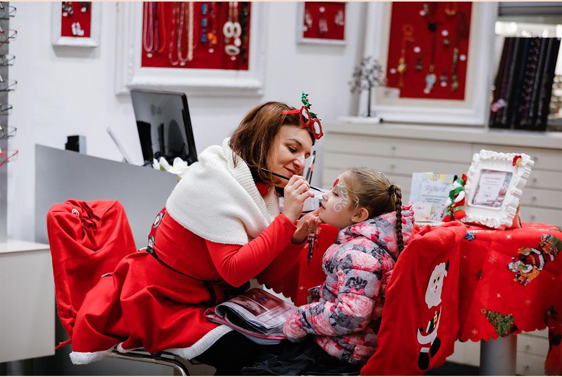 trucco per bambini durante evento in store natalizio